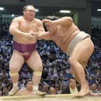 Victorious Harumafuji maintains tourney lead