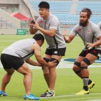 The Sunwolves, practicing on Friday at  Prince Chichibu Memorial Rugby Ground, face the Waratahs in a Super Rugby match on Saturday at the same venue. | KYODO