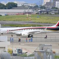 Defects in the air-conditioning system forced a Mitsubishi Regional Jet heading to the U.S. to return to Nagoya on Saturday. | KYODO