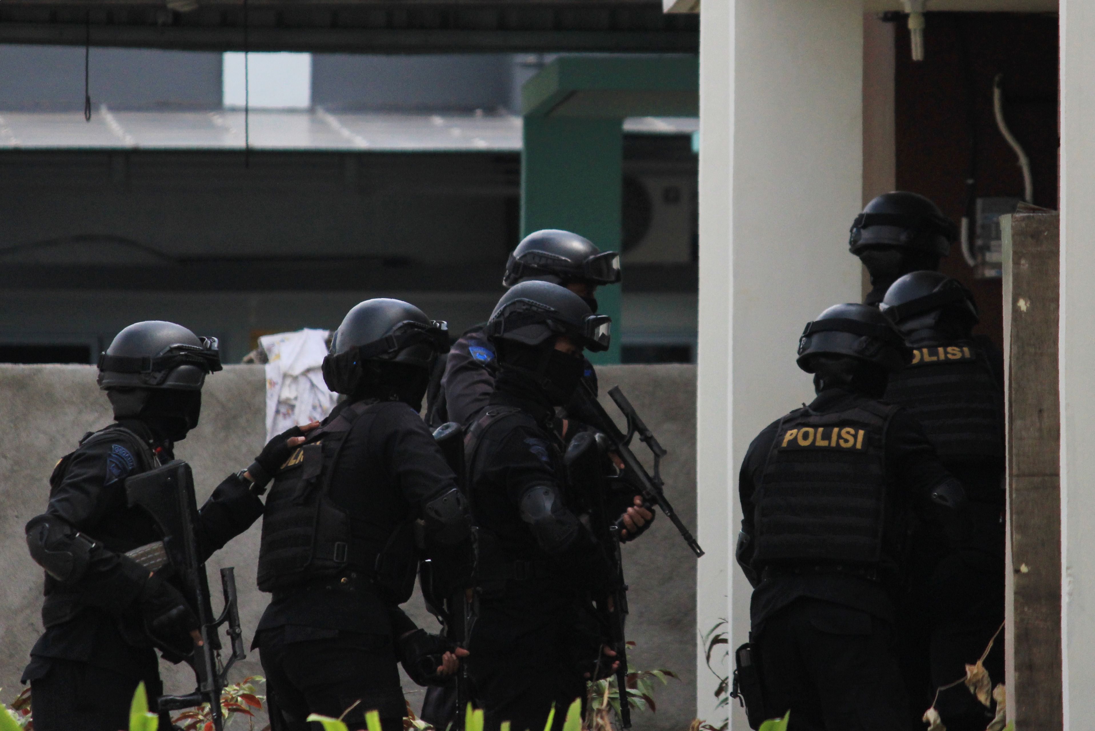 Indonesian counterterrorism police conduct a raid at a house in Batam on Friday. Authorities arrested six suspected militants the same day over an alleged plot to launch a rocket attack on an up-market Singapore waterfront district from a nearby island, prompting the city-state to tighten security.   AFP-JIJI