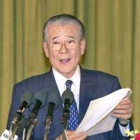 Ikuo Hirayama addresses a UNESCO conference in Kabul in 2002. | KYODO