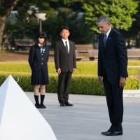 U.S. President Barack Obama observes a moment of silence at Hiroshima Peace Memorial Park's cenotaph on May 27, nearly 71 years after the city's destruction. | BLOOMBERG
