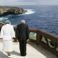 Emperor Akihito and Empress Michiko pray for the war dead during their visit to Saipan in June 2005. | KYODO