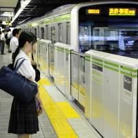 Safety barriers and doors are installed at JR Meguro Station on Tokyo's Yamanote Line. Only about 30 percent of the nation's large rail stations have these safety measures in place. | KYODO