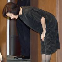Actress Atsuko Takahata publicly apologizes Friday. | KYODO