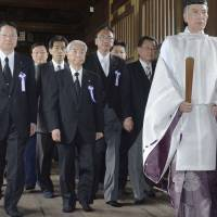 Forgoing visit, Abe sends ritual offering to Yasukuni Shrine on war anniversary