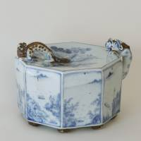 Porcelain octagonal water dropper, with grapes and landscape design (1783) | ACC. NO. 01044 PHOTOGRAPH BY TOMOHIRO MUDA