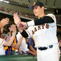 The Giants' Luis Cruz greets fans after the team's 5-2 win over the BayStars on Tuesday night at Tokyo Dome. | KYODO