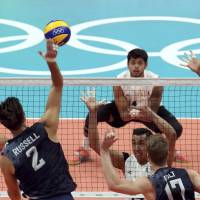 U.S. spikers rout Mexico to make quarters