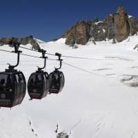 Mont Blanc cable cars stop, stranding 110 over Alps