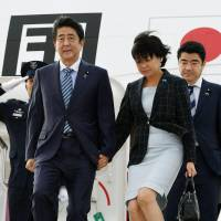 Prime Minister Shinzo Abe and his wife Akie arrive Sunday in New York, where Abe will attend a series of U.N. meetings this week. | KYODO