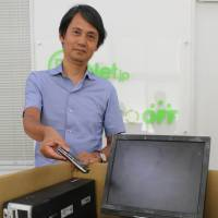 Takeshi Kuroda shows used electric appliances collected from households for recycling. | CHUNICHI SHIMBUN
