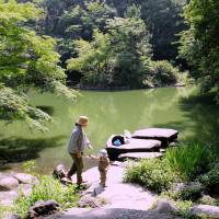 A mother and child play by a pond at the University of Tokyo. The green campus in Bunkyo Ward offers the public a chance to enjoy nature.   SATOKO KAWASAKI
