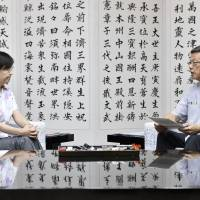 Defense Minister Tomomi Inada talks with Okinawa Gov. Takeshi Onaga at the Okinawa Prefectural Government office in Naha on Saturday during her first visit to the prefecture since assuming the post. | KYODO