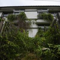 Kansai uses subsidies to fill empty homes, but persuading aging population to pull up stakes remains a challenge
