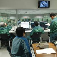 Tepco workers take part in an emergency response drill at the Kashiwazaki-Kariwa plant in Niigata Prefecture. | BLOOMBERG