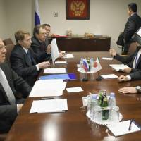 Foreign Minister Fumio Kishida (far right) holds a meeting with Russian counterpart Sergey Lavrov (far left) on Wednesday in New York. | POOL / VIA KYODO
