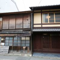 Kyoto native Yoshinori Murase's 'machiya' townhouse (right), which was restored with the help of a machiya loan from the Bank of Kyoto. | REUTERS