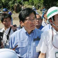 Cabinet Office official draws fire after being carried while touring typhoon-struck areas