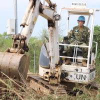 Ground Self-Defense Force troops conduct digging work at the United Nations Mission in the Republic of South Sudan headquarters in Juba on Aug. 25. | KYODO