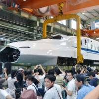 Last public viewing of shinkansen-hoisting work held at JR Tokai plant