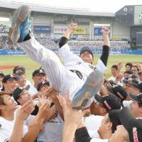 Marines outfielder Saburo Omura is given a traditional doage after his retirement ceremony on Sunday afternoon at QVC Marine FIeld in Chiba. | KYODO