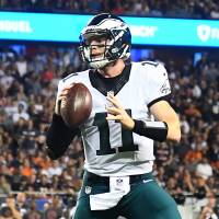 Wentz shines again as Eagles beat Bears