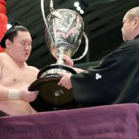 Hakuho struggling to be fit for Autumn Basho