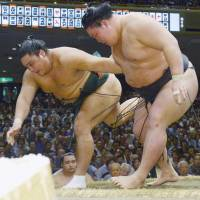 Goeido beats Okinoumi, improves record to 7-0