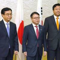 Left to right: Chinese Commerce Minister Gao Hucheng, trade minister Hiroshige Seko and South Korean Trade, Industry and Energy Minister Joo Hyung Hwan pose before a meeting Saturday in Tokyo. | KYODO