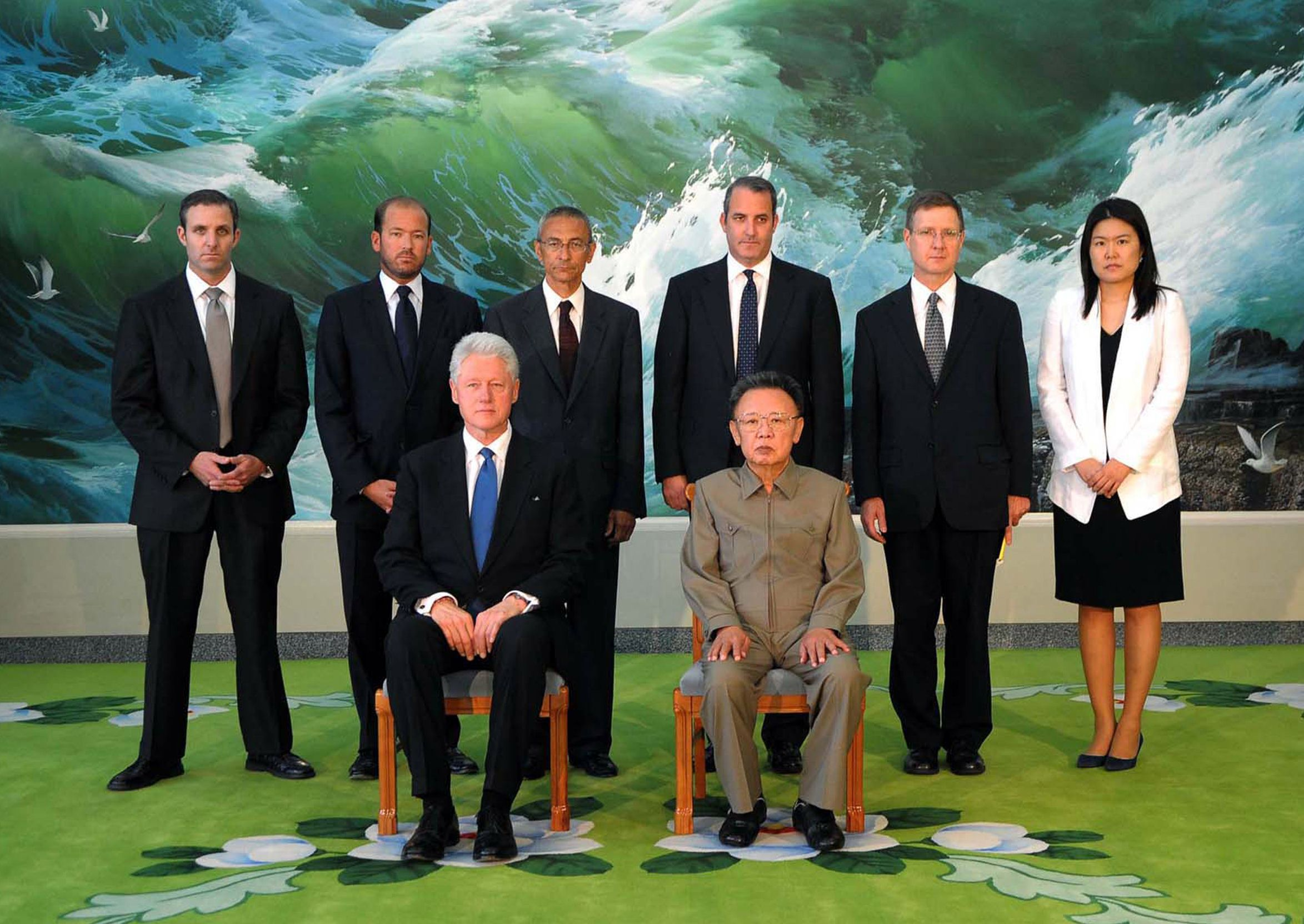 North Korean leader Kim Jong Il poses with former U.S. President Bill Clinton and members of his delegation in Pyongyang on Aug. 4, 2009. | AFP-JIJI