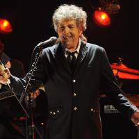 Dylan accepts Nobel, says it left him 'speechless'