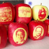 Apples are decorated with images, including of the Mona Lisa, Prime Minister Shinzo Abe and French President Francois Hollande. | KYODO