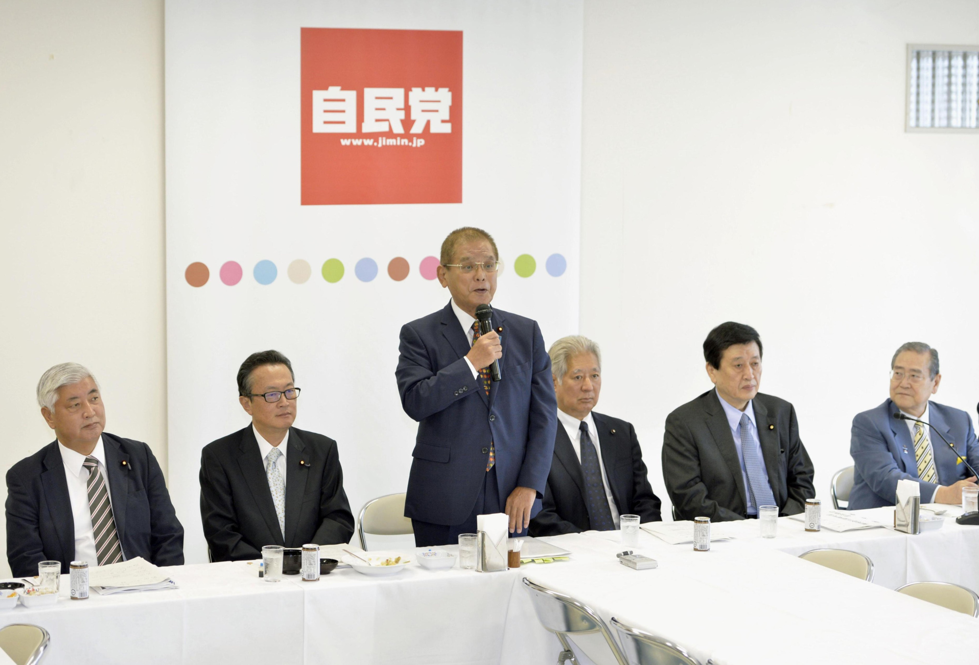 Okiharu Yasuoka, chairman of the LDP's panel on constitutional revision, speaks at a meeting in Tokyo on Tuesday. | KYODO