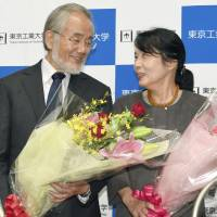 Microbiologist Yoshinori Ohsumi and his wife, Mariko, smile at each other at the Tokyo Institute of Technology's Suzukakedai campus in Yokohama on Tuesday, a day after he was awarded the Nobel Prize in physiology or medicine. | KYODO