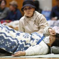 Quake aid trickles in as Tottori rumbles on