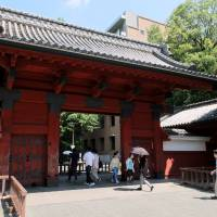 The Red Gate entrance to the University of Tokyo. | SATOKO KAWASAKI