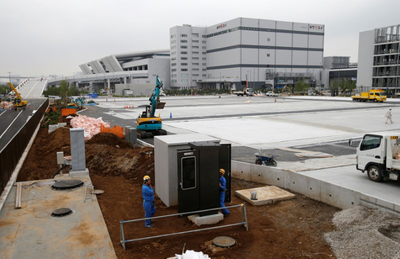 Labor in vain?: Workers continue construction efforts at the beleaguered Toyosu market site, which is expected to replace the famous Tsukiji market. | REUTERS
