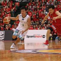 Diamond Dolphins guard Yoshiaki Fujinaga (right), seen guarding Hannaryz guard Genki Kojima in a recent game, and his teammates have played strong defense in the early stages of this season. | B.LEAGUE
