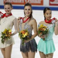 Third-place finisher Mai Mihara (right) shows off her medal at Skate America on Saturday alongside winner Ashley Wagner (center) and runner-up Mariah Bell.   KYODO
