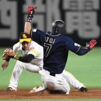 Itoi wins PL stolen base crown at age 35