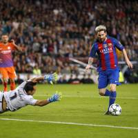 Messi nets hat trick as Barcelona routs Manchester City