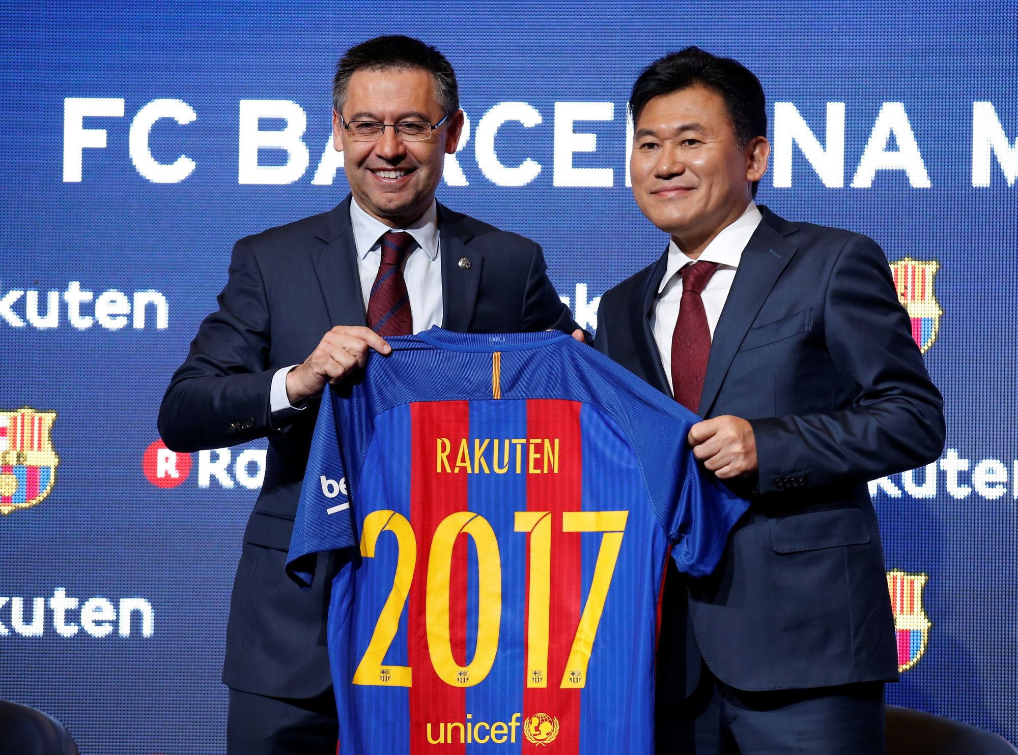 FC Barcelona's President Josep Maria Bartomeu (left) and Rakuten President and CEO Hiroshi Mikitani pose with a jersey after signing a contract as main sponsor in Barcelona Wednesday. | REUTERS