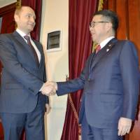 Trade minister Hiroshige Seko (right) meets with Russian Far East development minister Alexander Galushka in Moscow Friday. The two ministers agreed to promote economic cooperation in Russia's Far East. | KYODO