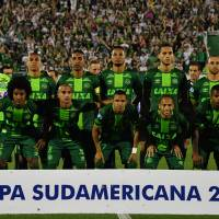 Brazil's Chapecoense players pose for pictures during their 2016 Copa Sudamericana semifinal second leg football match against Argentina's San Lorenzo in Chapeco, Brazil, on Nov. 24. | AFP-JIJI