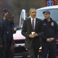 Obama visits wounded vets at Walter Reed, awards 12 Purple Hearts