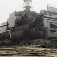 The Chernobyl nuclear plant in Ukraine undergoes repairs on Aug. 5, 1986. | AFP-JIJI