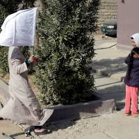 Liberated Mosul civilians wave white flags, welcome Iraqi forces