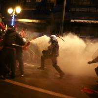 Obama tells cautionary tale in Athens as Greek leftists take to the streets