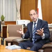 U.N. special rapporteur on North Korea Tomas Ojea Quintana speaks with Katsunobu Kato, minister in charge of the abduction issue, at the Cabinet Office in Tokyo on Thursday. | KYODO